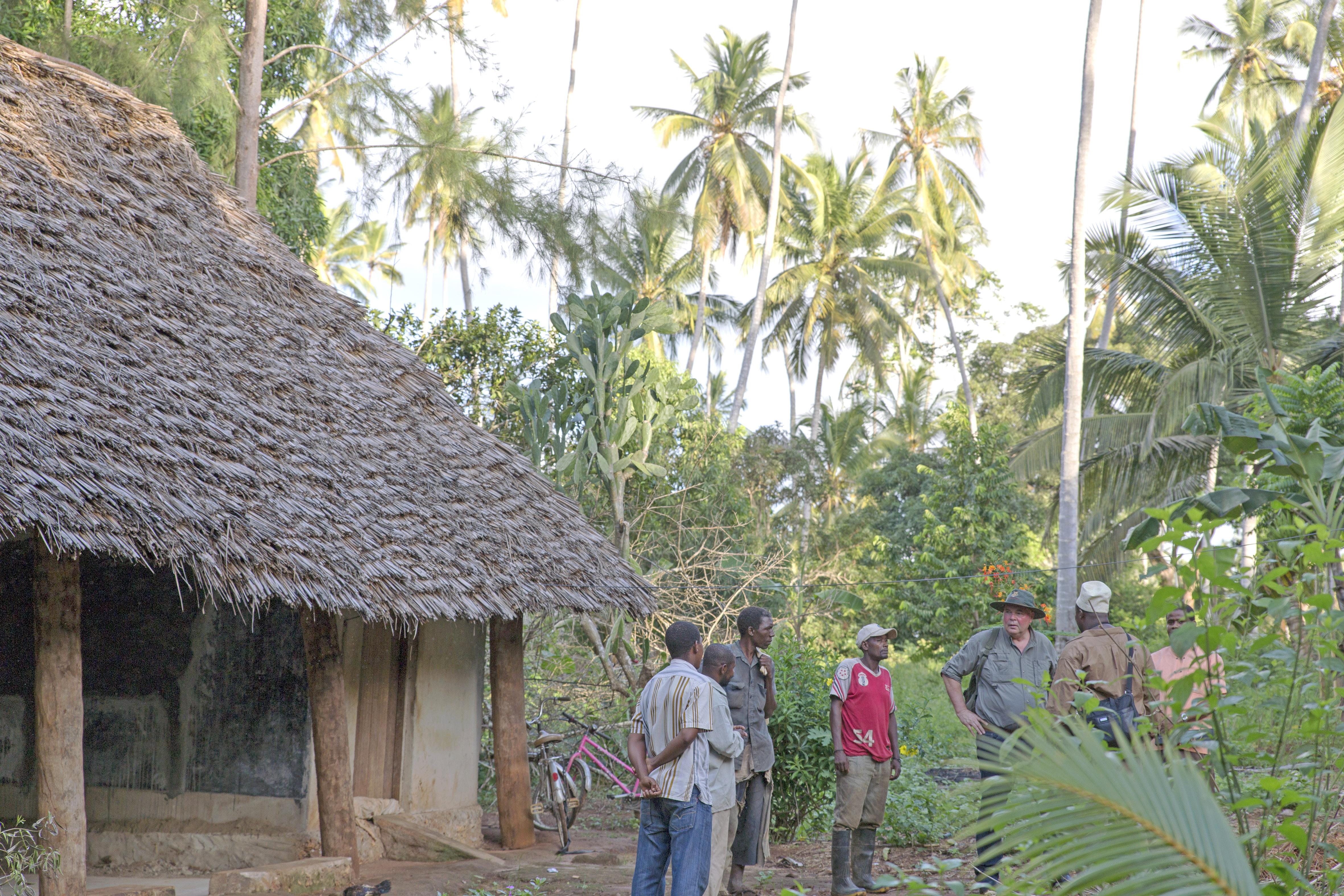 Rudolf Bühler vor Ort in Sansibar mit einheimischen Kleinbauern